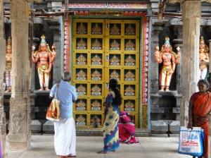 Տաճարում մեկ ուրիշ մուրտիի մուտք, որ մի քանի րոպեով է բացվում